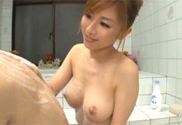 入浴中に美乳を押し付け手コキしてくる美人ママに中出し!