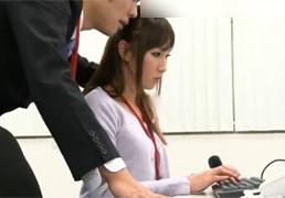 美人な新人OLの胸チラに我慢できなかった上司がセクハラレイプ!