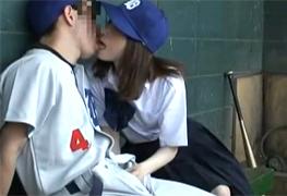 試合中のベンチ裏でヤらせてくれる野球部の女子マネジャー