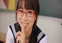 超可愛いメガネ委員長を教室で裸にして犯す!