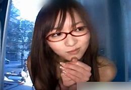 マジックミラー号でメガネ美少女が友達たちの目の前で強制絶頂w