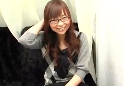 ウブで超可愛いメガネっ娘女子大生が恥じらいながら素股♪の画像です