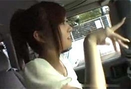 車まで送ると連れ込んだ関西ギャルを走行中の車内でヤる!