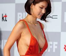 人気女優が来ているドレスがあまりに卑猥過ぎると話題