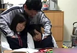 宿直室に遊びに来た幼い生徒に手を出す変態教師