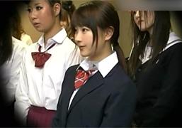 大観衆で賑わうファッションショーで公開SEXさせられた女子校生