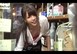 働きながら胸チラでこちら誘惑してくる女性店員とヤっちゃう!