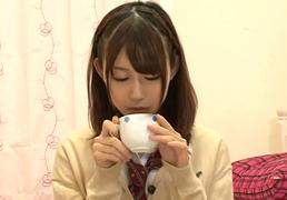 20万再生!娘が連れて来たJKの友達に媚薬入りの紅茶を飲ませたら…