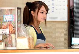 杉並区在住のスレンダー美人なパン屋店員を口説いて中出し3P!