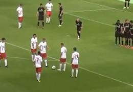 これって有りなの?ドイツサッカーで凄いフェイントのフリーキックを見た